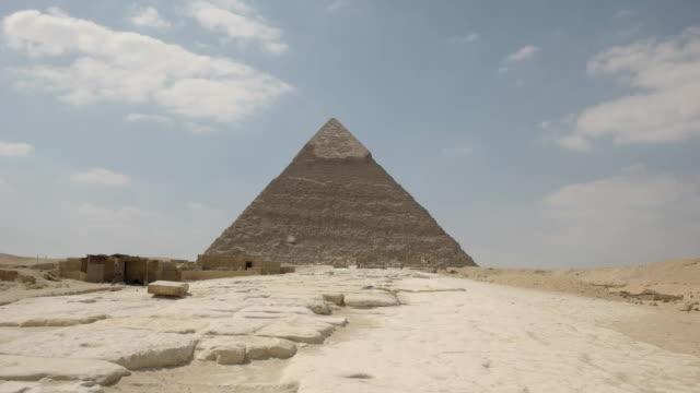 """Khafre-Pyramide-und-Tauben-in-Gizeh-bei-Kairo-Ã""""gypten"""