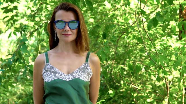Retrato-de-una-mujer-en-gafas-de-sol.