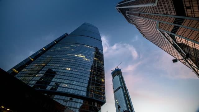 vista-de-rascacielos-de-rotación-y-vuelan-nubes-lapso-lapso-hyper