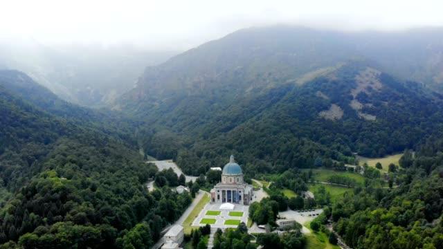 OROPA-BIELLA-Italia---07-de-julio-de-2018:-aero-vista-del-hermoso-Santuario-de-Oropa-fachada-con-cúpula-del-Santuario-de-Oropa-situado-en-las-montañas-cerca-de-la-ciudad-de-Biella-Piamonte-Italia
