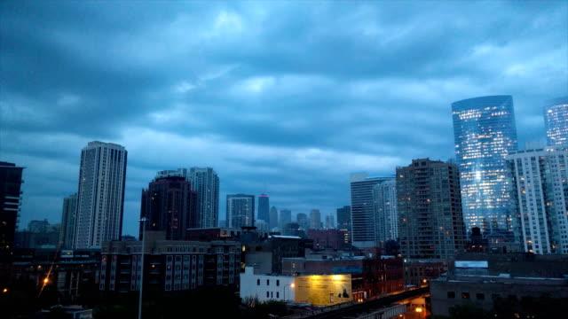 Atardecer-nublado-en-Chicago-Estados-Unidos-Lapso-de-tiempo-con-vista-de-punto-de-referencia-