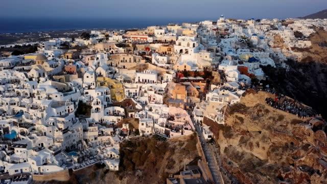 Sobrevuelo-de-la-ciudad-de-Oia-antes-de-puesta-del-sol-isla-de-Santorini-Grecia