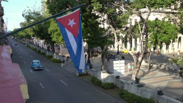 Tire-del-coche-clásico-del-tanque-en-la-calle-de-bandera-cubana-visto-desde-arriba-de-la-Habana-en-La-Habana-Cuba