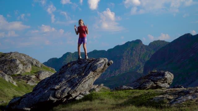 Ein-Mädchen-tanzt-auf-einem-Felsen