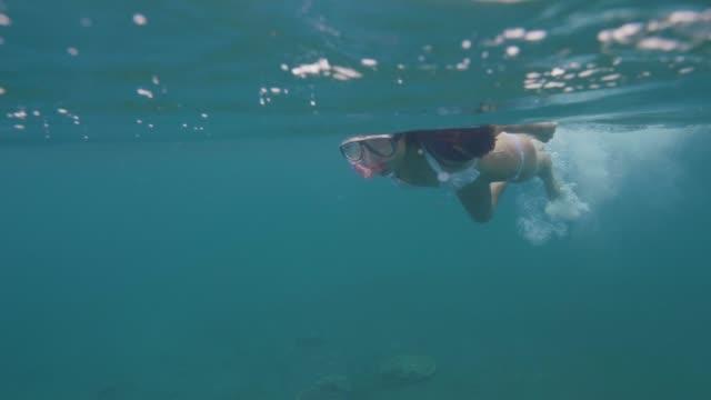 Hübsche-Frau-in-Maske-und-Schnorchel-schwimmen-im-transparenten-Wasser-Unterwasser-Meerblick.-Frau-im-Schnorchel-Maske-Schwimmen-im-Meerwasser.-Korallenriff-und-Fisch-beobachten-unter-Wasser.