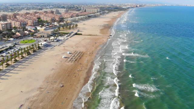 Blick-über-den-Strand-in-Valencia,-Spanien.-Flug-Drohnen-über-den-Strand-in-Valencia.-Blick-auf-die-Stadt-für-Touristen