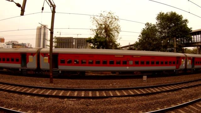 Zug-fährt-auf-Schiene-Lokalbahn-Mumbai