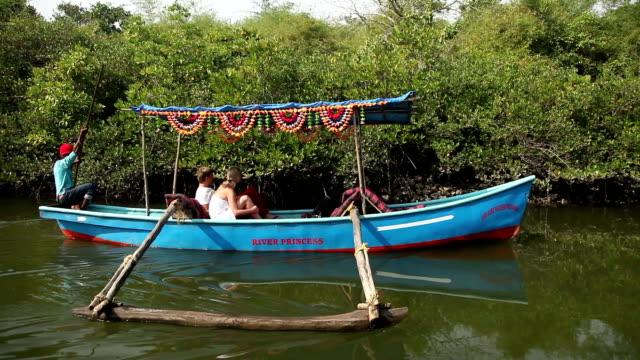 Placer-barco-con-caucásicos-los-turistas-flotante