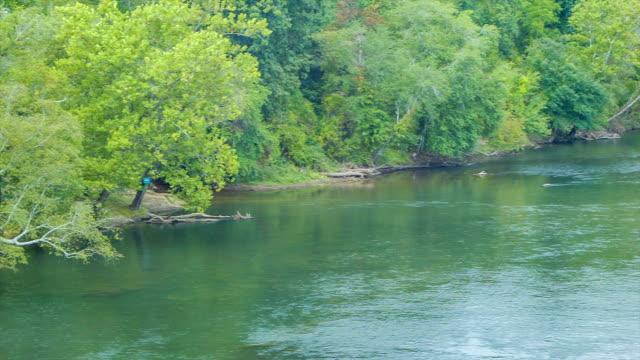 Toma-panorámica-a-la-francesa-amplio-río-en-Asheville-Carolina-del-Norte