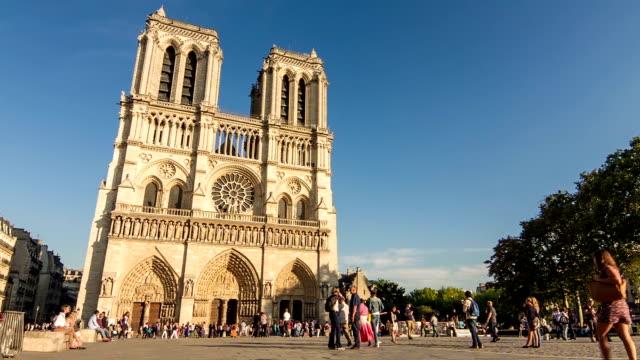 Parvis-de-la-catedral-de-Notre-Dame-día-2