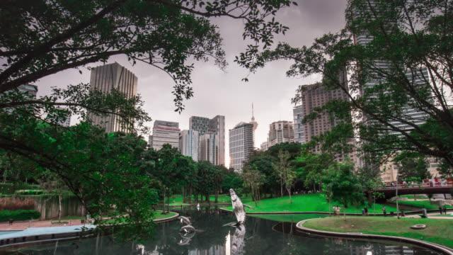 Malasia-kuala-lumpur-famoso-KLCC-park-ballena-estanque-centro-panorama-4k-lapso-de-tiempo