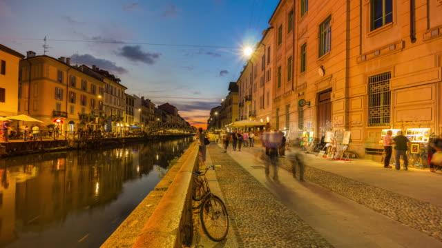 Italia-al-atardecer-Milán-ripa-di-porta-ticinese-canal-grande-caminando-panorama-de-gente-k-4-lapso-de-tiempo