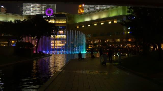 Malasia-la-noche-luz-kuala-lumpur-klcc-centro-comercial-música-ligera-fuente-panorama-4k