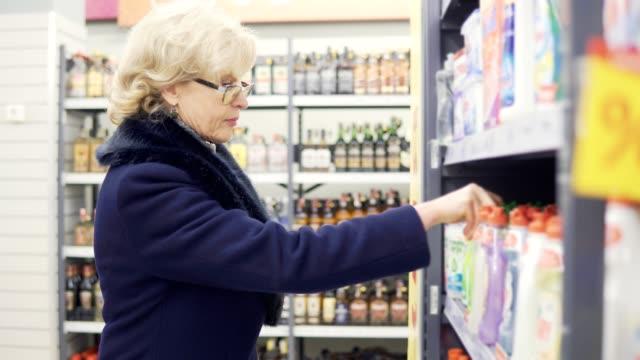 mujer-compra-detergente-en-tienda