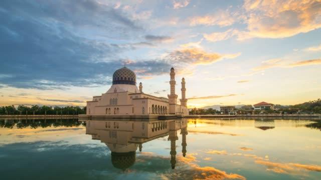 Las-imágenes-de-lapso-de-tiempo-de-Mezquita-de-la-ciudad-de-Kota-Kinabalu-de-amanecer-espectacular