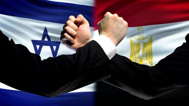 Israel-vs-Egipto-confrontación-desacuerdo-de-los-países-puños-en-el-fondo-de-la-bandera