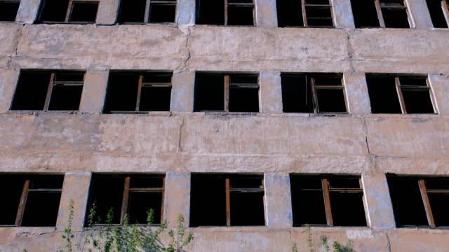 Destruido-el-edificio-de-varios-pisos-con-muchas-ventanas-rotas-