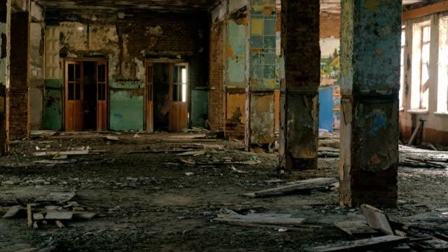 Destruido-el-gran-edificio-después-del-terremoto-de-desastres-inundaciones-incendios-