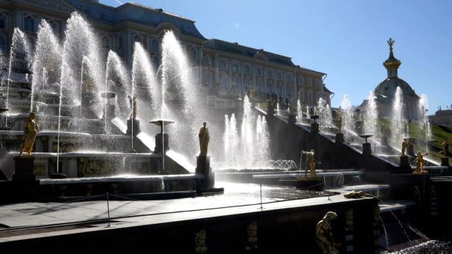 Blick-auf-den-Palast-vor-dem-Hintergrund-eines-großen-Brunnens-mit-goldenen-Statuen