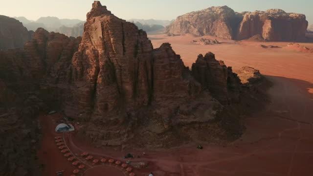 Vista-aérea-de-las-tiendas-de-campaña-y-carpas-domo-a-lo-largo-de-la-roca-en-el-desierto-de-Wadi-Rum-Jordania