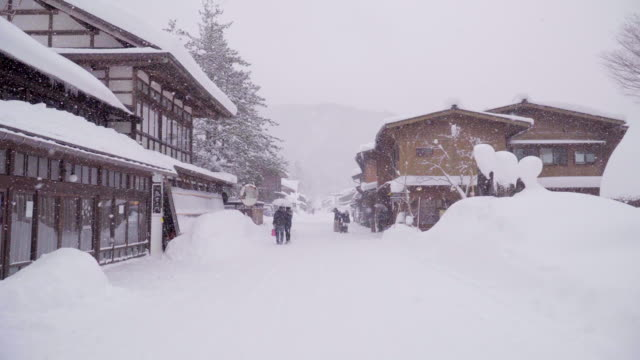 Las-casas-tradicionalmente-paja-en-Shirakawa-go-donde-está-la-aldea-de-la-montaña-entre-la-nieve-cerca-de-la-Prefectura-de-Gifu-Ishikawa-y-Toyama-en-el-invierno-Japón