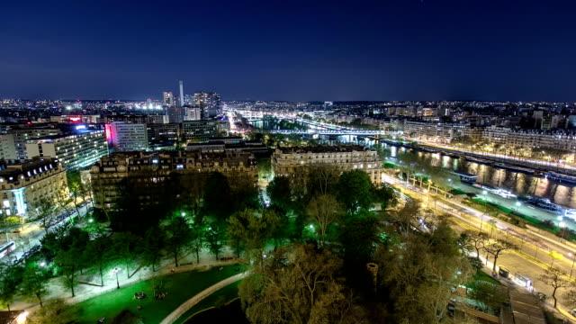 Vista-del-río-Sena-de-la-Torre-Eiffel-de-noche-timelapse-París-Francia-Europa