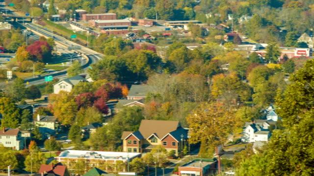 Toma-panorámica-a-la-izquierda-en-el-semáforo-en-Asheville-la-interestatal-240-y-entorno