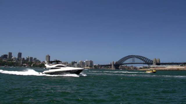 Lancha-y-pequeñas-taxi-acuático-y-pase-por-delante-del-puente-del-puerto