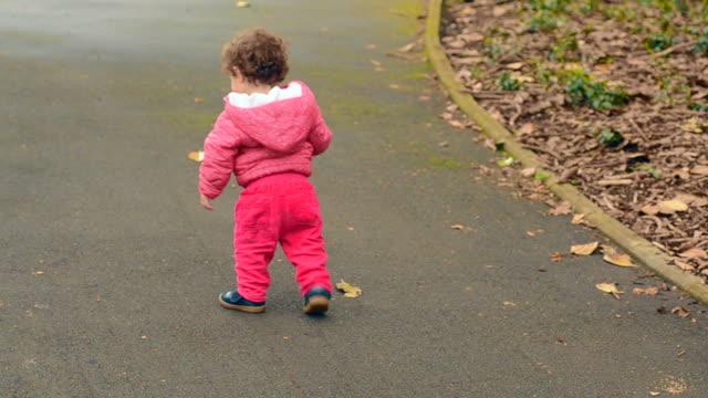 Niño-paseos-en-el-parque-solo