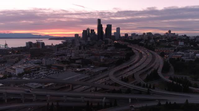 Hyperlapse-aérea-de-puesta-de-sol-en-el-centro-de-Seattle-horizonte-con-la-ciudad-en-movimiento-moviéndose-a-alta-velocidad