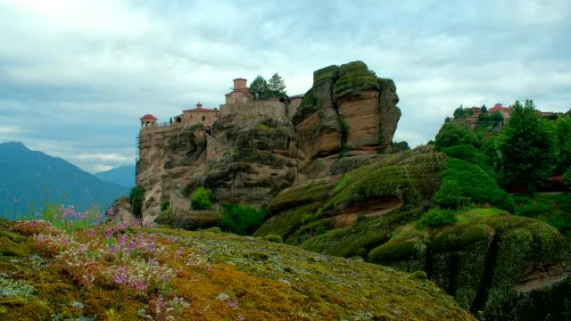 Lapso-de-tiempo-de-mover-las-nubes-por-la-mañana-sobre-el-monasterio-en-Meteora-Grecia