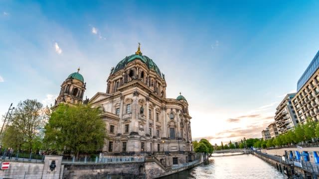 Berlín-ciudad-horizonte-timelapse-en-la-Catedral-de-Berlín-(Berliner-Dom)-y-el-río-Spree-lapso-de-tiempo-de-4K-de-Berlín-Alemania