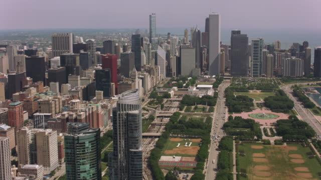Toma-aérea-de-Grant-Park-Buckingham-Fountain-y-el-centro-de-Chicago-