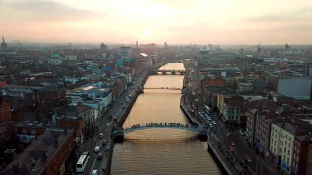 vista-aérea-del-centro-de-ciudad-de-Dublín-con-el-río-Liffey-durante-puesta-del-sol