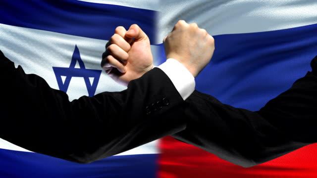 Israel-vs-Rusia-confrontación-desacuerdo-de-los-países-puños-en-el-fondo-de-la-bandera