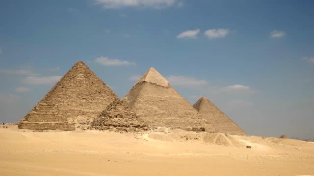 """Zoom-in-Schuss-von-den-Pyramiden-von-Gizeh-bei-Kairo-Ã""""gypten"""