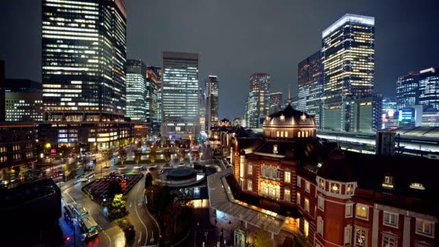Estación-de-trenes-de-Tokio-con-edificios-de-gran-altura-Centro-de-la-ciudad-y-el-distrito-financiero-y-centros-de-negocios-en-la-ciudad-urbana-inteligente-en-Tokio-por-la-noche-Japón