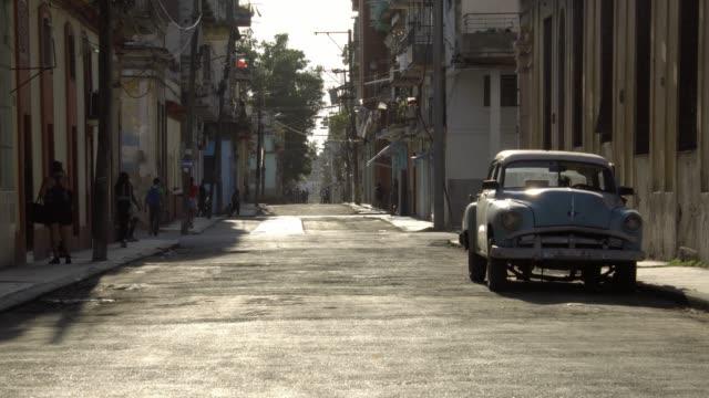 Touristen-paar-Fuß-auf-rustikalen-Straße-in-Alt-Havanna-während-der-goldenen-Stunde-Licht