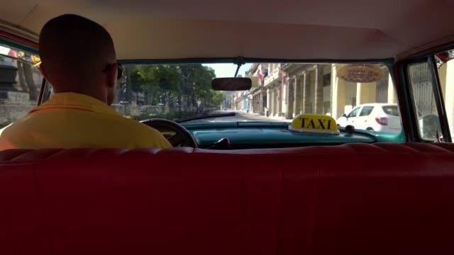 Taxifahrer-in-klassische-amerikanische-1950-Oldtimer-Fahrt-auf-der-berühmten-Straße-im-alten-Viertel-der-Havanna-Kuba