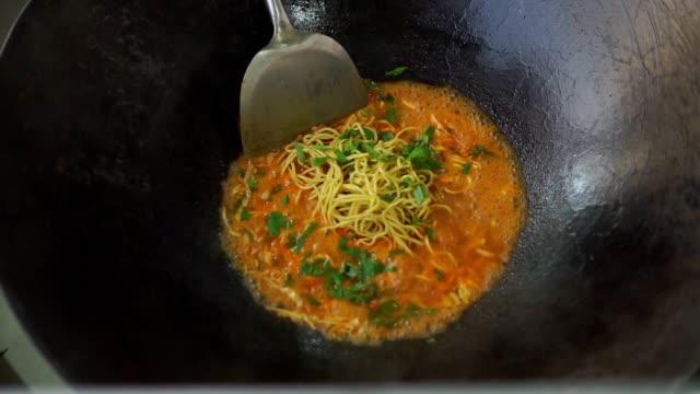 Vendedor-de-comida-callejera-preparó-fideos-indonesios