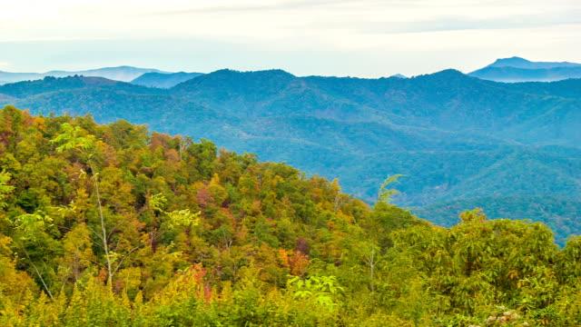 Toma-panorámica-de-las-Montañas-Great-Smoky-en-capas-con-árboles-otoño-color