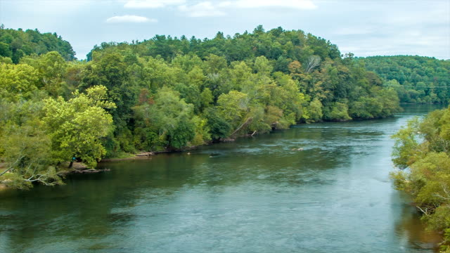 Francés-gran-río-que-fluye-a-través-de-Asheville-Carolina-del-Norte