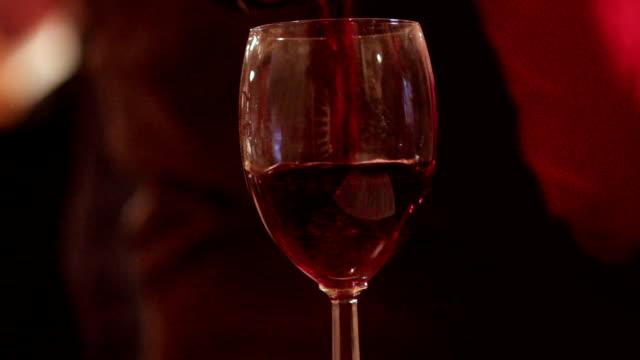 Kellner-gießen-Rot-Wein