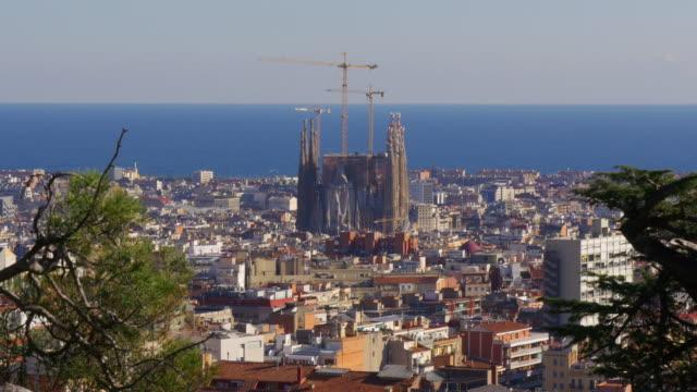 Luz-de-sol-Mar-barcelona-y-de-la-sagrada-familia-de-Gaudí-panorama-4-k-España