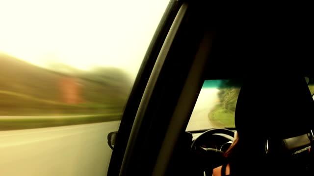 Mujer-en-automóvil