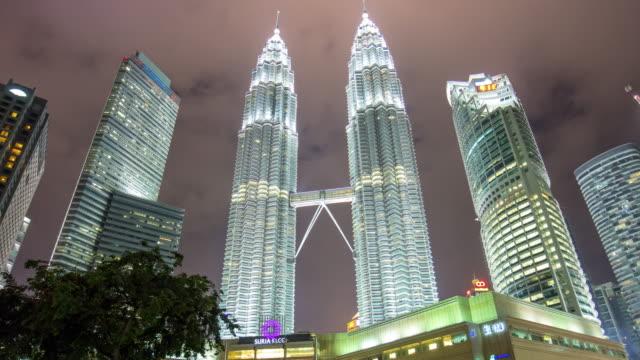 Malasia-petronas-luz-de-noche-doble-Torres-KLCC-centro-comercial-tapas-centro-panorama-4k-lapso-de-tiempo