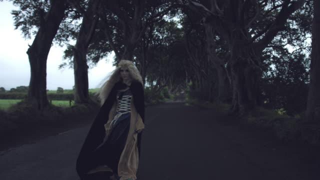 4-k-fantasía-rodada-en-setos-oscuros-la-reina-de-pie-en-el-viento