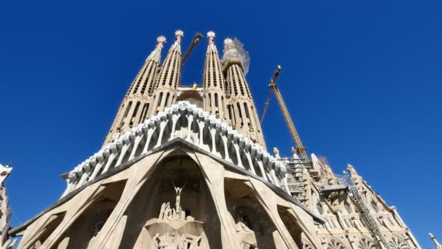 La-Sagrada-Familia-Antoni-Gaudi-Barcelona-Camera-Car
