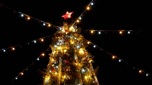 Stadt-Weihnachtsbaum-auf-dem-Marktplatz