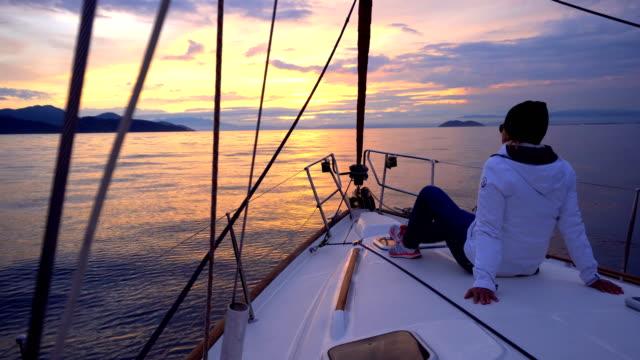 Navegación-en-puesta-de-sol-